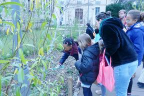 Pour la Petite Leçon de Ville en Famille sur l'eau, les enfants sont partis à la découverte des matériaux du square pour comprendre les notions de perméable/imperméable